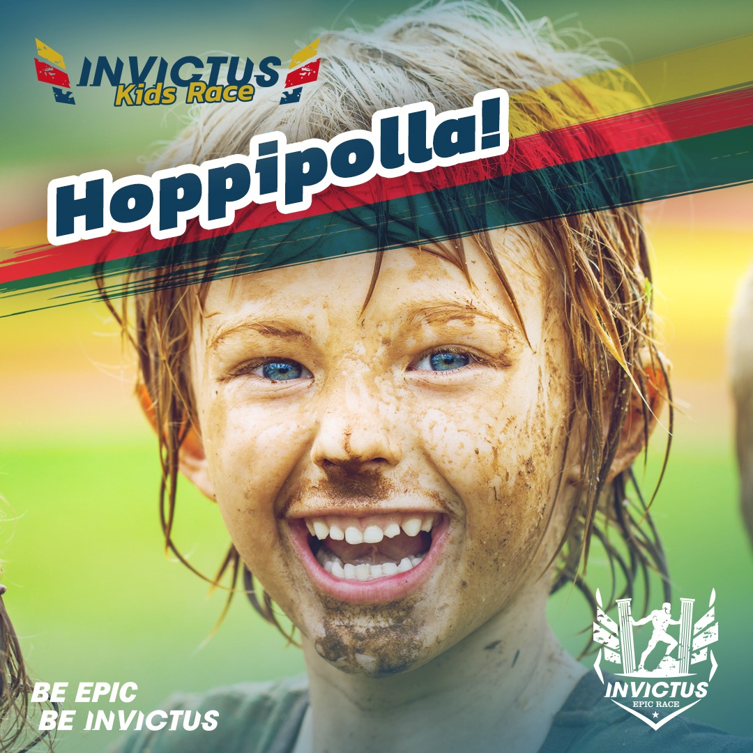 Immagine che raffigura un bambino sporco di fango dopo aver partecipato a una gara ad ostacoli per bambini